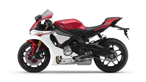 2016-Yamaha-YZF-R1-EU-Racing-Red-Studio-006