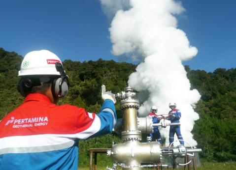 Pekerja Pertamina Geothermal Energy melakukan kegiatan uji produksi sumur KRH-4/1 yang merupakan salah satu sumur pengembangan proyek Pembangkit Listrik Tenaga Panas Bumi (PLTP) Karaha Unit 1 berpakasitas 1x30 MW di PLTP Karaha Bodas, Kecamatan Kadipaten,