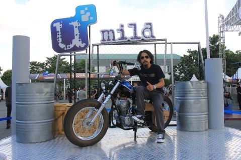 Denny Dinata Builder dari Death Piston Garage berfoto diatas motor buatannya 'blue Mecal'