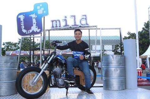 Wawan Tembong berfoto diatas motor Blue Mecal